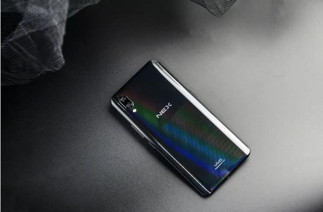 趋同的手机全面屏与色彩之争何以破局?